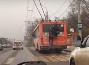 Безрассудные и опасные «покатушки» двух подростков на троллейбусе шокировали ростовчан