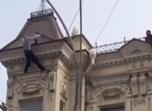 Жуткое падение установщика антенны с крыши четырехэтажки шокировало прохожих в Ростове на видео