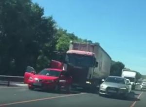 ДТП и дорожные работы спровоцировали пробку на Новочеркасском шоссе на видео