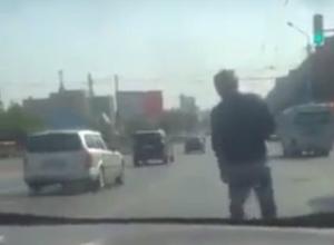 Создававший пробку на проезжей части «невменяшка»-пешеход попал на видео в Ростове
