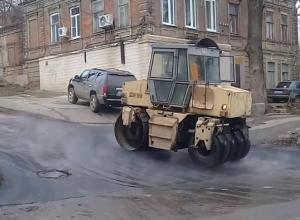 Упрямые дорожники старательно асфальтировали лужи в Железнодорожном районе Ростова