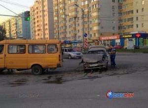 Набитая пассажирами маршрутка ввязалась в битву за поворот и устроила ДТП с травмами в Таганроге