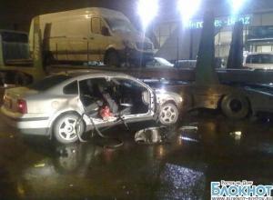 В Ростове девушка на иномарке врезалась в припаркованный автовоз: двое травмированы