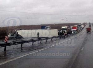 Перевернутая фура и созданная ею пробка на трассе М-4 в Ростовской области попали на видео