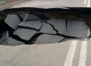 Дорога в никуда: участок трассы в Ростовской области обрушился под колесами автомобилистов