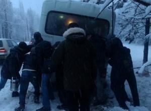 В Ростовской области пассажиры толкали застрявшую в снегу маршрутку