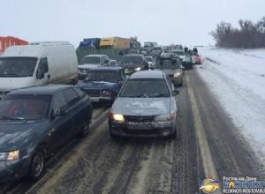 Тысячи автовладельцев застряли в пробках на трассе М-4 «Дон» в Ростовской области. Фото, видео