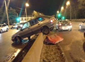 В Ростове на Нагибина водитель на ВАЗе перелетел через отбойник. Фото