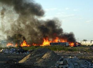 Огромные клубы черного дыма от горящих шпал испугали жителей Ростовской области