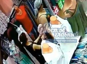 Под прикрытием пышного тела подруги девушка обворовала бутик одежды в Ростове на видео