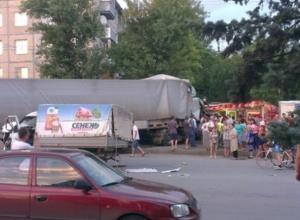 В Ростове на Малиновского фура смяла три машины и снесла ларек с шаурмой