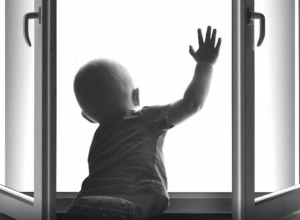 Полуторагодовалый ребенок выпал из окна в Ростове-на-Дону