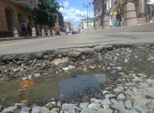 Самые шокирующие ямы на центральных улицах Ростова попали на фотографии