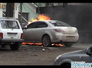 В Ростове сгорели три машины, очевидцы сняли полыхающее авто на видео