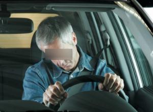 Перекрывший выезд с парковки водитель иномарки умер за рулем у супермаркета Ростова