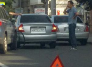 ДТП-загадку устроили водители при одновременном перестроении в центре Ростова