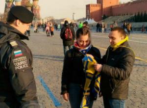 Фанатов «Ростова» на Красной площади остановила полиция из-за желто-синего шарфа