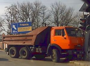 ДТП с протаранившим светофор КамАЗом после опасного маневра ВАЗа в Ростовской области попало на видео