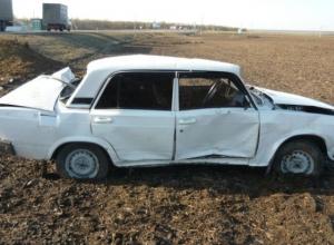 В Ростовской области на трассе перевернулся ВАЗ: два человека пострадали