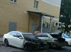 Жуткое пламя уничтожило две дорогие иномарки во дворе Ростова на видео