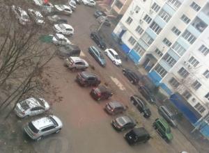 Превращение детской площадки в автомобильную парковку возмутило жителей Ростова