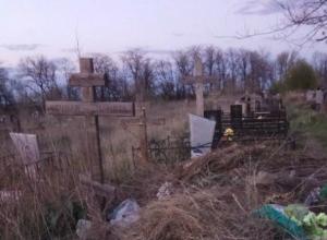 С «любовной» заботой о своих усопших близких ростовчане завалили мусором чужие могилы