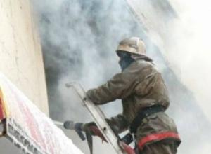 Женщина получила травмы при пожаре в двухэтажном доме в Ростовской области