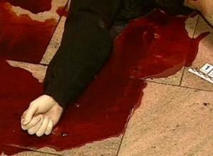 Умирающего в луже собственной крови парня обнаружили у подъезда жители Ростовской области