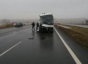 В Ростовской области рейсовый автобус врезался в экскаватор: есть пострадавшие