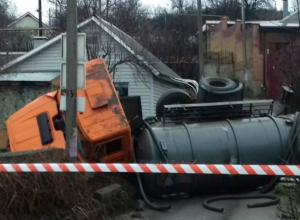 Опрокинувшийся на дороге ассенизаторский грузовик оставил без света целую улицу в Ростовской области