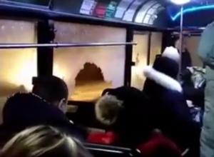 Экстремальная поездка пассажиров в ростовской маршрутке с огромной дырой в окне попала на видео