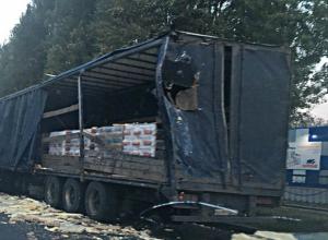 Водитель огромной фуры растерял по дороге яйца после ДТП с грузовичком в Ростове