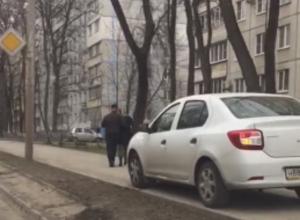 Автохам на иномарке объехал пробку по тротуару с риском для пешеходов Ростова и попал на видео