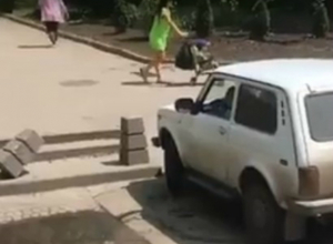 Устроившая краш-тест тротуарным столбикам «Нива» застряла на парковке Ростова и попала на видео