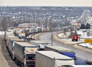 Рекордная 33-километровая пробка на ледяной дороге образовалась под Ростовом