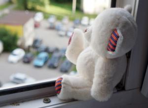 Оставленная без присмотра годовалая девочка трагически выпала из окна в Ростовской области