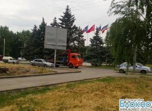 На площади перед ростовским аэропортом полицейские массово эвакуируют авто