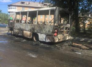 Два маршрутных автобуса выгорели дотла на автостоянке в Ростовской области