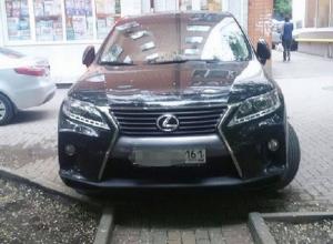 Заблокировавший путь мамам с колясками автохам на Lexus возмутил жителей Ростова