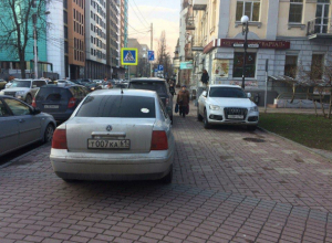 Беспредел автохамов в центре Ростова сняла на видео возмущенная молодая мать
