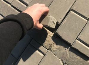 Небрежно «брошенную» плитку в центре Ростова вытащили как пазлы