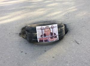 Позорное наказание мэру Медведеву устроили возмущенные состоянием дорог жители Шахт