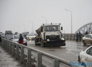 Автомобили в Ростове столкнулись из-за гололедицы, после ДТП дорогу обработали реагентами
