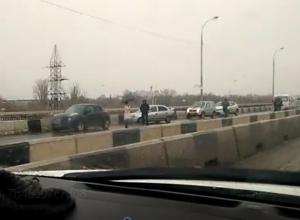 Массовая авария в центре Ростова заблокировала мост и попала на видео