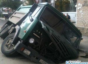 В Ростове КамАЗ провалился под асфальт