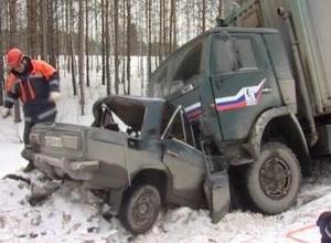 Четыре человека погибли в ДТП в Ростовской области при столкновении ВАЗа и КамАЗа