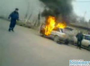 Возгорание Audi в центре Таганрога очевидцы сняли на видео