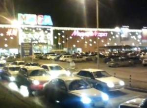 У торговых центров в Ростове - многокилометровые пробки. Видео