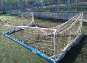 Футбольные ворота упали на семиклассника около гимназии в Ростове