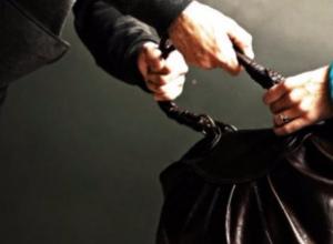 Женщина в торговом центре Ростова стала жертвой молодого мужчины и его сообщника